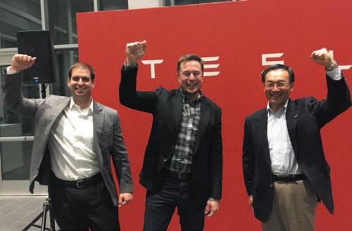 図3 TeslaのElon Musk氏(中央)とパナソニック社長の津賀一宏氏(右)。Gigafactoryの稼働開始を満面の笑顔で祝った