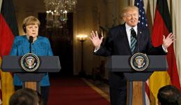 17日、会談後に記者会見するトランプ米大統領(右)とドイツのメルケル首相(ワシントン)=ロイター