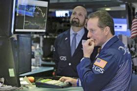 27日、ダウ平均は5年8カ月ぶりに8日続落した(ニューヨーク証券取引所)=AP