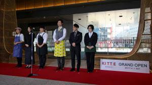 キッテ名古屋に新たに入居する6店舗の従業員らがあいさつした(29日、名古屋市)