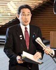 閣議後に記者団の質問に答える岸田外相(4日午前、首相官邸)=共同