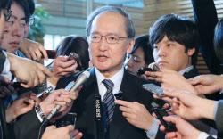 帰任を前に安倍首相との面会を終え、報道陣の質問に答える長嶺駐韓大使(4日午前、首相官邸)