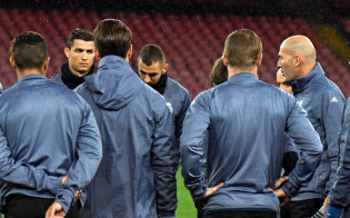 Real Madrid coach Zinedine Zidane, right, talks to his players during a training session ahead of Tuesday's Champions League, round of 16, second-leg match against Napoli, in Naples, Italy, Monday, March 6, 2017. (Ciro Fusco/ANSA via AP)