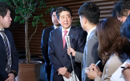 トランプ米大統領との電話会談を終え、記者の質問に答える安倍首相(6日午前、首相官邸)