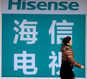 中国の家電大手、海信集団(ハイセンス)は2018年サッカーワールドカップのスポンサーになった(中国中部の町に掲げられている同社の広告看板)=AP