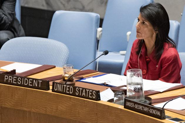 安保理緊急会合に臨む米国のヘイリー国連大使=AP 日本経済新聞 安保理緊急会合に臨む米国のヘイリ