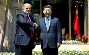 7日、首脳会談を終えて握手するトランプ大統領(左)と習近平国家主席(パームビーチ)=ロイター