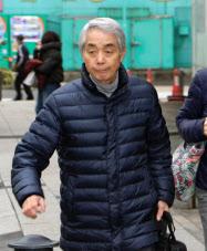新横浜スケートセンターに向かう佐藤信夫コーチ(11日、横浜市)=共同