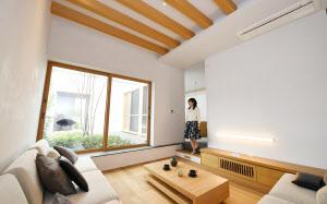 木の質感を生かした開放感あるデザインが特徴的なフルオーダー住宅のモデルハウス(12日、兵庫県芦屋市)