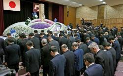 熊本県主催の追悼式で黙とうする出席者(14日午前、熊本県庁)