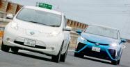 左が日産自動車のEV「リーフ」、右がトヨタ自動車のFCV「ミライ」