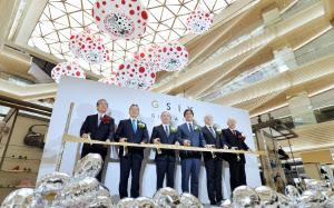 「GINZA SIX」の開業セレモニーでテープカットするJ・フロントリテイリングの山本社長(左から4人目)ら=20日午前、東京・銀座