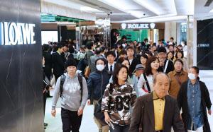 開業した「GINZA SIX(ギンザシックス)」に入る買い物客ら(20日午前、東京・銀座)