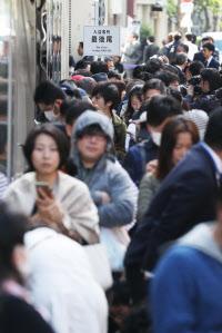 「GINZA SIX(ギンザ・シックス)」の開業を前に列を作る人たち(20日午前、東京・銀座)