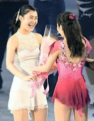 引退を表明し、エキシビションで本田真凜(右)から花束を