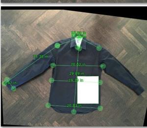 A4の紙と一緒にシャツを撮影すると、サイズを自動で採寸できる