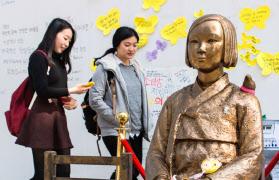 ソウルにある日本大使館前の慰安婦少女像