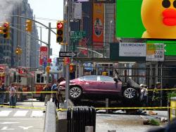 18日、タイムズスクエアで歩道に突入した車