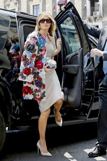 G7会期中に高級ブランドファッションで登場したメラニア夫人=AP