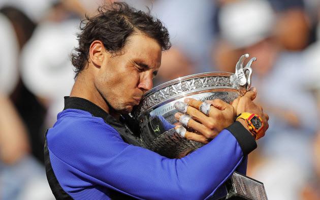 男子シングルスでスタン・バブリンカを破り3年ぶり10度目の優勝を果たしたラファエル・ナダル(11日、パリ)=AP