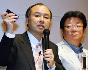 日本のヤフーを成功に導いた孫正義ソフトバンクグループ社長(左)と故・井上雅博ヤフー前社長=2006年