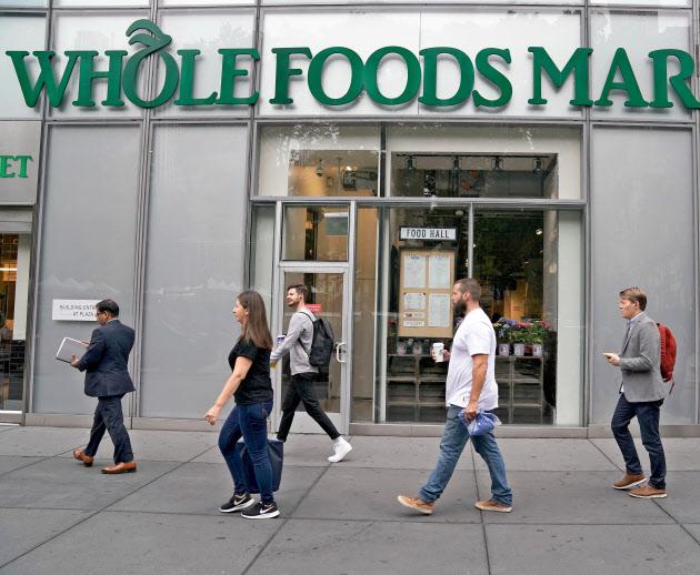 米高級スーパー、ホールフーズは「生鮮品」に強みがある(16日、ニューヨーク)=ロイター