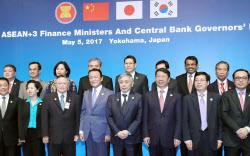 ASEANプラス3財務相・中央銀行総裁会議で記念写真に納まる麻生財務相(前列中央)ら(5日午後、横浜市)