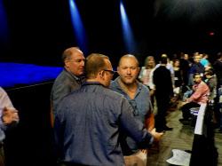 iPhoneをデザインしたアイブ最高デザイン責任者(中央右)。