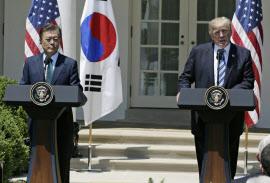 共同記者会見に臨むトランプ米大統領(右)と韓国の文在寅大統領(30日、ワシントン)=ロイター