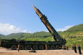 4日、「火星14」の試射を視察する北朝鮮の金正恩朝鮮労働党委員長(右から2人目)。朝鮮中央通信が配信した(朝鮮通信=共同)