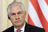共同記者会見で質問に耳を傾けるティラーソン米国務長官(モスクワ)=AP