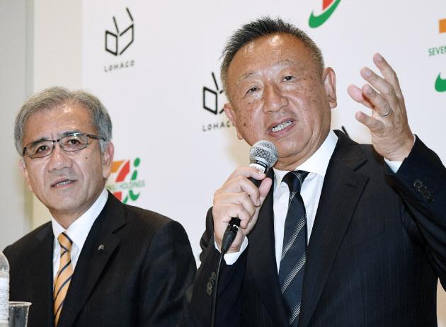 提携を発表するアスクルの岩田社長(右)とセブン&アイの井阪社長 (6日、東京都文京区)