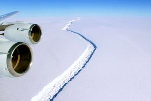 南極半島のラーセン棚氷にできた割れ目(2016年11月、NASA提供)=共同