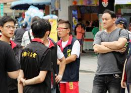 反日デモに参加する中華統一促進党幹部の張●氏(右)(7月7日、台北市内)