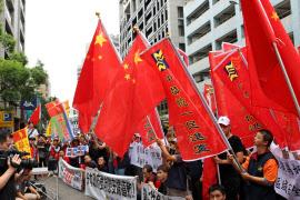 台湾で中国国旗「五星紅旗」が掲げられるのは珍しい(7月7日、台北市内で行われた反日デモ)