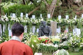 修復され、慰霊式を見守る八田与一像(5月、台南市)