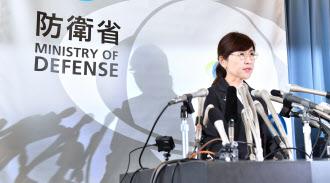記者会見で監察結果を公表し、辞任を表明した稲田氏(28日午前、防衛省)