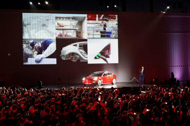量産型EVの出荷式で社員を前に演説するイーロン・マスクCEO(米カリフォルニア州フリーモント)。