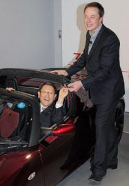 テスラのマスク氏から新型ロードスターを贈られ、上機嫌の豊田氏(2010年11月)