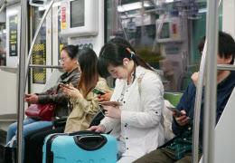 スマートフォンの普及により人々は日常的にネットを通じ情報を収集するようになった(中国・上海)