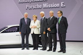 メルケル首相(左から2人目)とVWのミュラー社長(中央)ら=2015年9月、フランクフルト国際自動車ショー