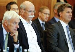 左からVWのミュラー社長、ダイムラーのツェッチェ社長、BMWのクリューガー社長(ベルリンで開かれたディーゼルサミット、2日)=ロイター