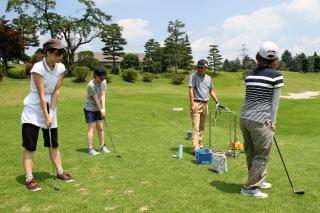 「Gちゃれ」に参加し、ゴルフコースでレッスンを受ける大学生=大学ゴルフ授業研究会提供