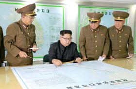 北朝鮮の労働新聞が8月15日掲載した、朝鮮人民軍戦略軍司令部を視察する金正恩朝鮮労働党委員長(左から2人目)の写真=コリアメディア提供・共同