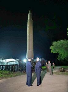 北朝鮮の労働新聞が7月29日掲載した、28日のミサイル発射に立ち会う金正恩朝鮮労働党委員長(中央右)の写真=共同