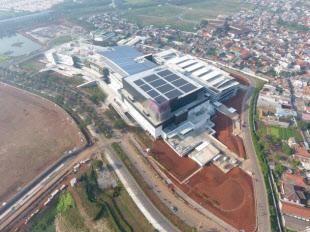 イオンモールジャカルタガーデンシティ屋根に設置した太陽光発電設備(出所:伊藤忠商事)