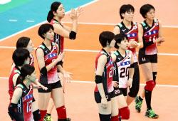 米国に惜敗し、引き揚げる日本の選手たち(9日、名古屋市ガイシプラザ)=共同