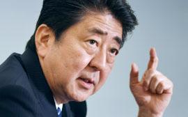 インタビューに答える安倍首相(12日午後、首相官邸)