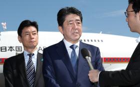 インドへの出発を前に記者の質問に答える安倍首相(13日午前、羽田空港)