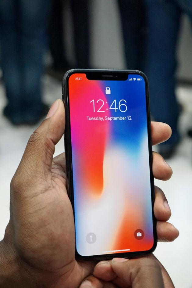 アップルが発表したスマートフォンの最上位モデル「iPhoneX」。顔認証を導入した。(米カリフォルニア州クパチーノ市)